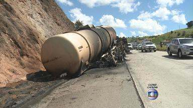 Caminhão que transportava combustível tomba e pega fogo na BR-232 - Veículo vinha de Goiás, transportando 74 mil litros de álcool e interditou a via.