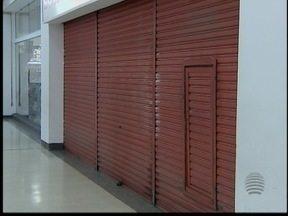 Procon fecha loja de departamentos por 12 horas - Loja foi autuada por vender produtos fora do prazo de validade.