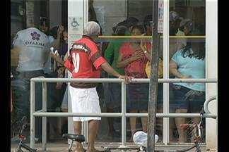 Clientes reclamam de tempo de espera em filas de bancos - Apesar de lei que determina prazo máximo de espera, longas filas se formam em agências por todo o Pará.