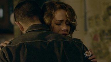 Vicente enfrenta os homens que atacavam Cristina - Assustada, Cristina abraça Vicente, que a leva de volta para casa