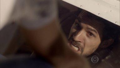Alex fica preso dentro do avião ao salvar Rafael - A caminho da Igreja, Alex avista o avião de Rafael caindo. Ele tenta ajudar o piloto, e o monomotor explode