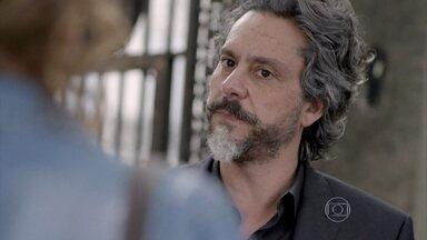 José Alfredo discute com Cristina - Ele desconfia que está sendo espionado pela jovem, mas ela nega. José Alfredo repreende Maria Clara por não ter dormido em casa
