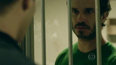 Orville vai para o mesmo presídio que Elivaldo - Orville exige falar com um advogado. Xana revela para Naná que sente saudades de Elivaldo