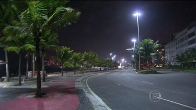 Rio enfrenta madrugada de ventanias - Algumas regiões do Rio de Janeiro ficaram sem luz por causa das rajadas de vento. Uma frente fria causa do fenômeno. As temperaturas caíram em parte do Sul e do Sudeste.