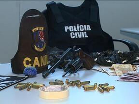 Drogas são apreendidas em Caxias do Sul, RS - Mais de 200 pedras de crack foram apreendidas em operação conjunta da Brigada e polícia civil.