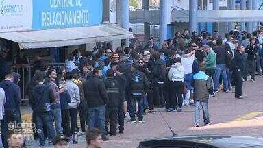 Torcedores gremistas formam fila para comprar ingressos paro o Gre-Nal - Assista ao vídeo.