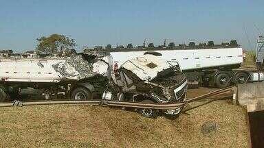 Acidente com 2 caminhões interdita pista da SP-310 em Araraquara, SP - Acidente com 2 caminhões interdita pista da SP-310 em Araraquara, SP