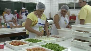 Voluntários fazem mutirão para antecipar os preparativos pra festa do peixe e da orquídea - Quase um mês antes da festa, moradores de Maripá já começam a intensificar o trabalho para deixar a comida pronta