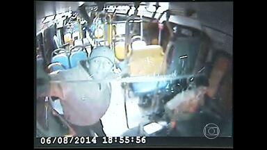 Câmera grava assaltante de ônibus armado com facão em Uberlândia - Ele foi preso após o crime