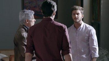 Leonardo e Cláudio despistam Enrico - Cláudio diz que Leonardo foi fazer uma entrevista de emprego. Enrico pergunta o que os dois comentavam sobre Téo. Beatriz relembra conversa sobre segredo de Cláudio