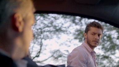 Leonardo dá fora em um desconhecido - Rapaz é abordado no meio da rua e afirma ser comprometido