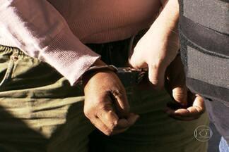 Polícia prende mulher apontada como principal traficante da Cracolândia - Salete Madalena de Souza Araújo é aponta como a principal traficante de drogas da Cracolândia, no Centro da capital. A investigação durou 15 meses. Os policiais prenderam outras quatro pessoas que também fazem parte do bando.