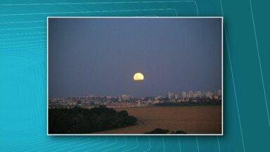 Telespectadores enviam fotos da Super lua ao ParanáTV - Confira também a previsão do tempo. Frente fria chega ao estado nesta terça-feira.