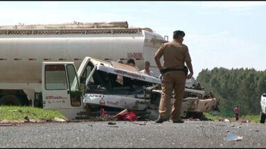 Cabine de caminhão é arrancada em acidente perto de Paranavaí - O motorista do caminhão saiu apenas com ferimentos leves.