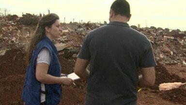Funcionários do CREA fazem fiscalização em aterro de inertes - Os engenheiros verificaram a situação para produzir um relatório sobre a destinação dos resíduos.