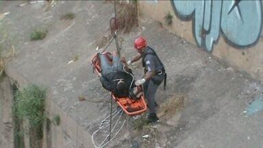 Bombeiros resgatam homem que pulou no Rio Tamanduateí - O resgate de um homem que pulou no Rio Tamanduateí chamou a atenção de quem passava pela Avenida do Estado. O homem foi içado com a ajuda de uma prancha.