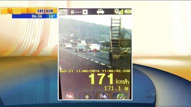 Motorista é multado por dirigir a 171 km/h na BR-116 - Velocidade máxima permitida no trecho é 80 km/h.