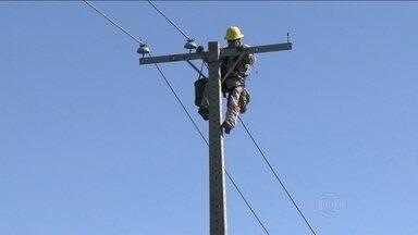 Aumenta o número de acidentes com rede elétrica - Todos os dias são registrados pelo menos dois acidentes com fios de alta tensão no Brasil. Só em 2013, esses acidentes mataram mais de 300 pessoas.