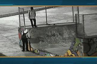Polícia investiga caso de pichação envolvendo jovens em Mogi das Cruzes - Ocorrência aconteceu no Parque Botyra, no Centro Cívico. Câmeras de segurança gravaram a ação na madrugada desta terça-feira (12).