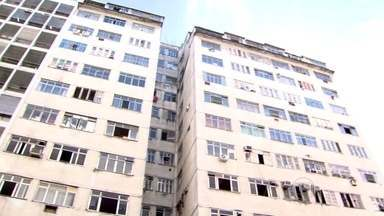 Moradores de prédio do centro de Niterói convivem com violência e pontos de prostituição - O edifício era controlado por uma quadrilha de milicianos. Nos primeiros pisos funcionam pontos de prostituição. Famílias que moram nos andares mais altos, reclamam que eram alvos de ameaça.