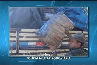 PM apreende 4 mil sacos de carvão com selo falsificado em Pirapora - Apreensão foi feita na MGC-496 durante fiscalização de rotina; multas aplicadas podem chegar a R$ 52 mil.