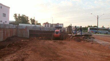 Máquinas começam a trabalhar no terreno que teve deslizamento de terra em Medianeira - Prefeitura está aterrando a obra.