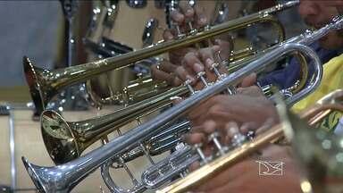 Músicos da Orquestra Filarmônica Gospel Lírio do Vale participam de encontro de orquestras - Evento ocorrerá em Mato Grosso do Sul. Eles capricham nos ensaios pra fazer bonito na apresentação.