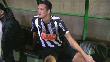 Réver é operado e só deve voltar a jogar no ano que vem - Zagueiro Réver é operado e ficará de três a quatro meses afastado
