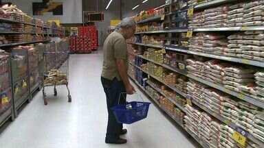 Variação nos preços de alimentos faz consumidor pesquisar na hora de comprar - Fazer compras nos supermercados e feiras livres está pesando no orçamento de que sai as compras.