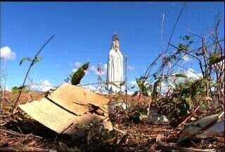 Falta de infraestrutura e de higiene incomoda visitantes de estátua no Crato - Com apenas um mês de inauguração, o entorno da imagem de Nossa Senhora de Fátima tem muito lixo espalhado.