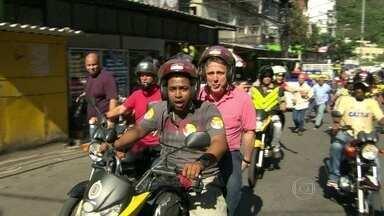 Anthony Garotinho faz campanha na Rocinha - O candiidato Anthony Garotinho fez campanha na Rocinha. Ele andou de mototáxi e conversou com moradores.