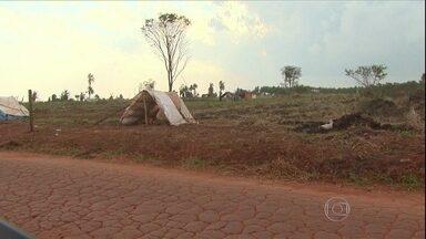 Agricultor brasileiro é morto durante o trabalho em terras no Paraguai - Um agricultor brasileiro foi morto, no Paraguai, durante o cultivo das terras da propriedade onde vive. O crime revoltou os brasilguaios que vivem na região e aumentou a tensão na área.