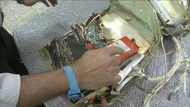 Técnico da Aeronáutica estão analisando a caixa-preta do avião em busca dos diálogos - A caixa ficou muito danificada por causa do impacto da queda e do calor provocado pelo fogo que tomou conta do avião. Ela está sendo analisada na sede do Cenipa, o Centro de Investigação e Prevenção de Acidentes Aeronáuticos.