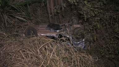 Acidente deixa uma mulher morta e quatro pessoas feridas na Grande BH - Carro seguia pela BR-381, na altura de Sabará, quando caiu em uma ribanceira.