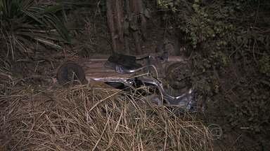 Mulher morre e quatro passageiras ficam feridas em acidente na BR-381, na Grande BH - Carro caiu em ribanceira em Sabará.
