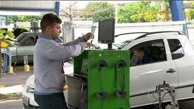 Motoristas enfrentam dificuldade para fazer vistoria no Detran - Depois da greve e da queda no sistema de informática ao longo da semana, motoristas enfrentam filas para conseguir os documentos da vistoria.