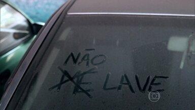 Carro empoeirado é sinônimo de economia de água - Nessa época de estiagem, o movimento de lava-rápidos tem caído e uma alternativa para quem quer manter o carro limpo é higienizar apenas o interior do veículo.