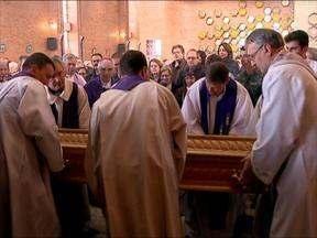 Enterrado o corpo do padre Ênio Tarasconi na igreja do Pio X - Celebração reuniu centenas de fieis neste sábado