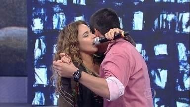 Em ritmo de forró, Daniela Mercury dança com produtor Renato - Cantora e produtor mostraram gingado