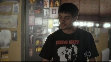 Cobra insiste que Bárbara fique com ele - O jovem embriagado procura a moça no camarim. Mari fica nervosa para se apresentar. Bárbara pede que ele saia, mas ele fica
