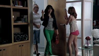 Magnólia e Severo vão à casa de Isis - A jovem não gosta da visita dos pais e tenta colocar os dois para fora