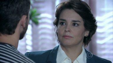 Beatriz deixa Leonardo pasmo com pedido sobre Cláudio Bolgari - Esposa do cerimonialista tem uma conversa séria com o ator