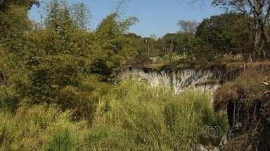 Morador denuncia erosão na região noroeste de Goiânia - Segundo o morador, as margens do córrego Fundo sofrem erosão desde 2010.