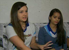 """Adolescentes contam problemas vivenciados nas redes sociais - Uma das amigas das garotas teve fotos sensuais """"vazadas"""" na rede."""