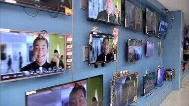 Televisor está entre os itens preferidos do consumidor cearense - Manuel, que tem seis televisores em casa, comprou um novo, com recursos mais modernos.
