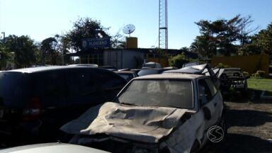 Veículos abandonados em pátio atrapalha trabalho da PRF em Barra Mansa, RJ - Número de carros e motos deixados no local chega a 102; policiais rodoviários federais enfrentam problema há dois anos.