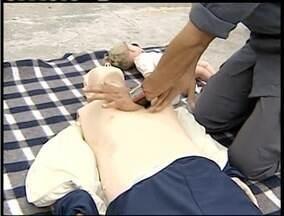 Bombeiros ensinam a prestar os primeiros socorros - Em todos os casos, médicos orientam a acionar o Samu.