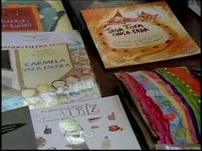 Escola Emílio Ribas é apadrinhada pela Festa Literária de Divinópolis - Mais de 100 exemplares foram levados para a biblioteca. Escola fica na comunidade do Choro. Cidade recebe evento de 29 a 31 de agosto.