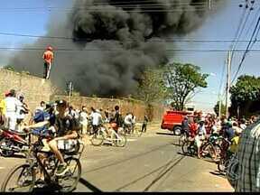 Fogo atinge depósito em Uberaba e causa prejuízo de cerca de R$ 300 mil - A estimativa foi feita pelo proprietário do depósito de materiais recicláveis. Incêndio começou cerca de 15 minutos depois de o proprietário sair do local.