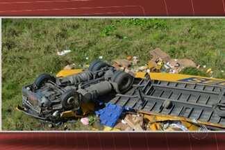 Duas pessoas morrem em acidente na BR-101 - Carreta caiu em uma ribanceira e capotou perto do município de Itapebi, no sul da Bahia.